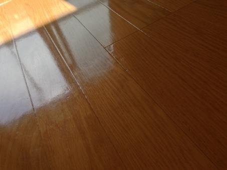 床 傷 凹み へこみ キズ フローリング 部屋 敷金 トラブル 事故 物件 見学 注意 確認 不動産 住宅 建物 一人暮らし ひとり暮らし チェック 日本 リフォーム 室内 汚れ 擦れ 家 住居 きず 室内 住まい