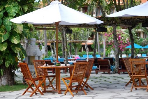 テラス レストラン 屋外 パラソル 椅子 アジアン カフェ 植物 朝食 ランチ リゾート 植物 風景 バリ