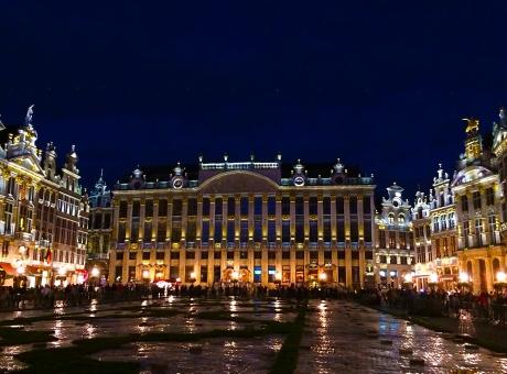 ベルギー ブリュッセル グランプラス 夜 夜景 灯り イルミネーション 幻想的 海外 外国 旅行 観光 ヨーロッパ 建物 広場 ユゴー 世界遺産 ユネスコ ギルド 外国人