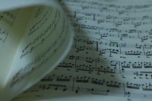 楽譜 音符 音楽 五線譜 ミュージック ピアノ 楽器 譜面 作詞 作曲 調律 楽曲 鍵盤 クラシック 紙 めくる