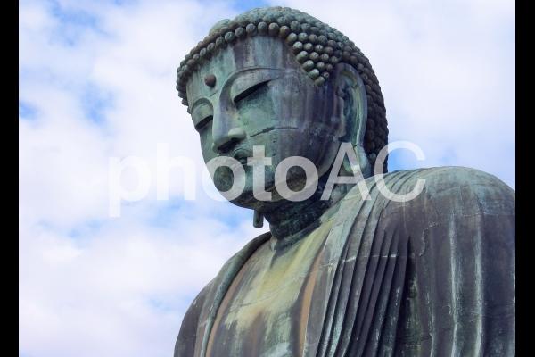 鎌倉の大仏、上半身のクローズアップの写真