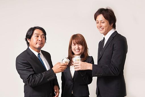 人物 日本人 男性 女性 サラリーマン  OL 20代 40代 若者 上司  部下 屋内 白バック 白背景 会社  オフィス 複数 3人 ビジネスマン 飲み物 ビール 缶ビール お酒 乾杯 打ち上げ 祝勝 笑顔 打ち解ける オーバーリアクション mdfj012 mdjm009 mdjm010