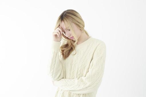 人物 女性 20代 外国人 外人  外国人女性 外人女性 モデル 若い セーター  ニット 私服 カジュアル ポーズ 金髪  ロングヘア 屋内 白バック 白背景 悩む 迷う 考える 考え事 憂鬱 困った 表情 上半身 腕組み 頭痛 頭 痛い mdff045