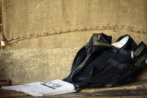 パキスタン イスラム共和国 イスラム 熱帯 南アジア アジア 外国 海外 カバン 鞄 バッグ 布 新聞 紙 ニュースペーパー 本 ブック 環境 荷物 雑誌 散乱 移動 かばん 手提げ 生活 暮らし