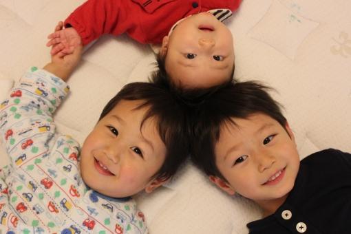 兄弟 男の子 幼児 子供 楽しい 仲良し 0歳 2歳 4歳 0才 2才 4才 家族 育児 子育て 男性 子ども