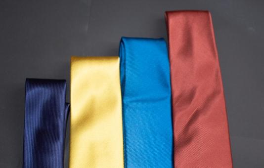 サラリーマン スーツ ネクタイ ビジネスマン ビジネス 選ぶ 赤 階段 就活 商談 青 メンズ 無地 沢山 黄 フォーマル カラフル 横 アクセサリー シンプル 並んだ 紺 いろいろ オシャレ 紳士服 種類 原色 服飾 礼装 ビビット ビジカジ