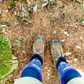 山ガール 登山 山 靴 登山靴 モンベル 土 足元 大地 地面 自撮り ハイキング トレッキング 自然 ギア 山道具 マウンテンギア  テナヤブーツ Women's