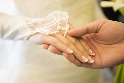 手 手をつなぐ 手を繋ぐ 繋ぐ 夫婦 カップル 新婚 結婚 結婚式 新郎 新婦 新郎新婦 ネイル ウェディング ウェディングドレス 女性 男性 二人 ふたり 新生活 出発 スタート 一緒 愛 恋 白 純白 挙式 チャペル 花嫁 ネイルアート