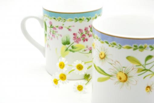 花 花びら マトリカリア 植物 カップ コップ コーヒーカップ 紅茶 ミルク 背景 背景素材 かわいい やさしい 癒し 白 黄 テクスチャ テクスチャー 絵柄 絵柄カップ 花柄カップ 赤 緑
