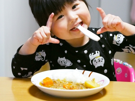 行儀が悪い 食事 マナーが悪い スプーン 幼児 女児 子ども 子供 日本人 ご飯 丸い まるっ カレー 女の子