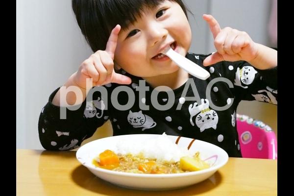 カレーを食べる女の子1の写真