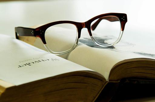 本 ブック 書物 書籍 図書 読書 読む 趣味 勉強 ページ 捲る めくる 開く 接写 クローズアップ アップ 眼鏡 めがね メガネ フレーム おしゃれ 置く 乗せる 休憩 休息 休む 一息
