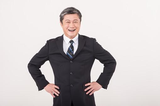 50代 中年 中高年 シニア ポーズ 白背景 白バック  スーツ 黒スーツ 黒 ネクタイ シャツ ワイシャツ Yシャツ 白髪 しらが グレー グレーヘア 短髪 仕事 ビジネス 父 お父さん おじさん 上司 目上 腰に手を当てる 腰 手 当てる 笑顔 スマイル  日本人 男性 男 ビジネスマン サラリーマン mdjms013