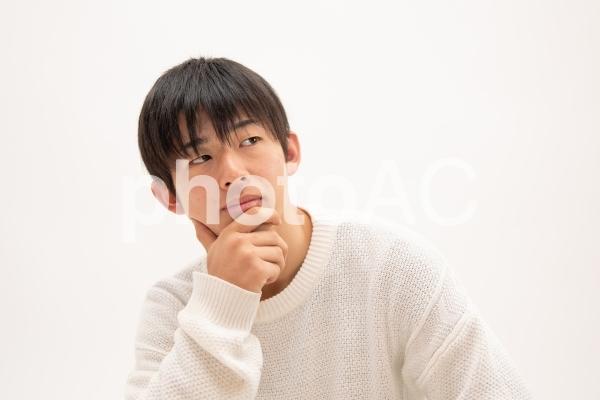 何かを考える男子高校生の写真