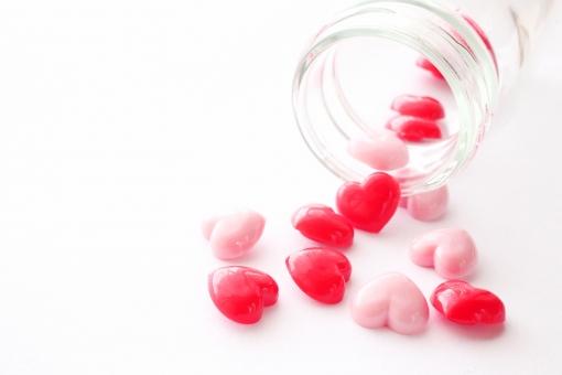 ハートのビタミン剤 イメージ素材の写真