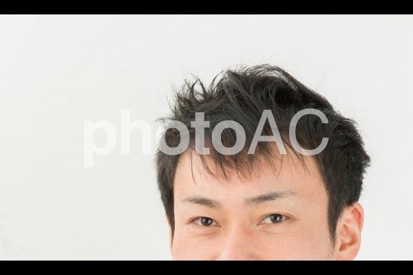 男性の目元の写真