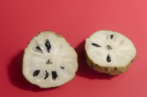 シュガーアップル 仏頭果 ぶっとうか 釈迦頭果 糖分 バンレイシ科 南国 南国フルーツ 果物 果実 食料品 単品 食べ物 食べる フルーツ 健康 フレッシュ 新鮮 自然 ダイエット 美容 食材 農業 ビタミン 赤バック 赤背景