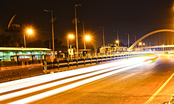 インド 外国 熱帯 南国 南アジア 高速道路 道路 コンクリート 白線 交通 自動車 二輪車 バイク カー 高速バス 直線 まっすぐ 運転する 運転 運ぶ 走る 動く 乗る フェンス 塀 光線 光 スピード 速い 流れる 眩しい 照らす 街灯 電灯 電気 灯り 眩しい 照らす 建築 建築物 建物 施設 木 樹木 植物 自然 景観 夜 夜景 橋 ブリッジ 渡る