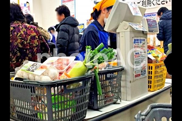 スーパーのレジ風景1の写真