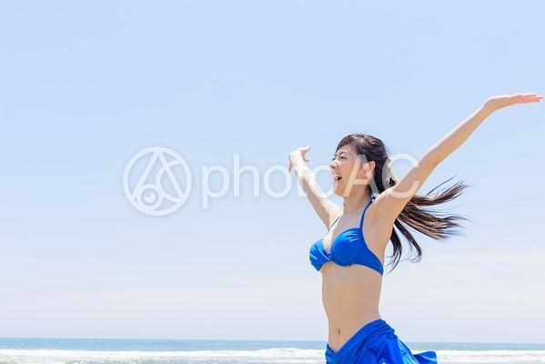 ビーチで遊ぶ女性7の写真