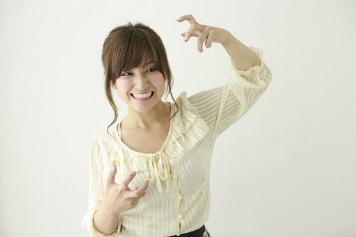 人物 日本人 女性 女の子 ポーズ  おすすめ 表情 若者 若い 20代  モデル かわいい チャーミング 美人 茶髪  白バック 白背景 屋内 スタジオ 上半身 正面 イライラ 怒り むしゃくしゃ もどかしい リアクション 苛立つ mdjf006
