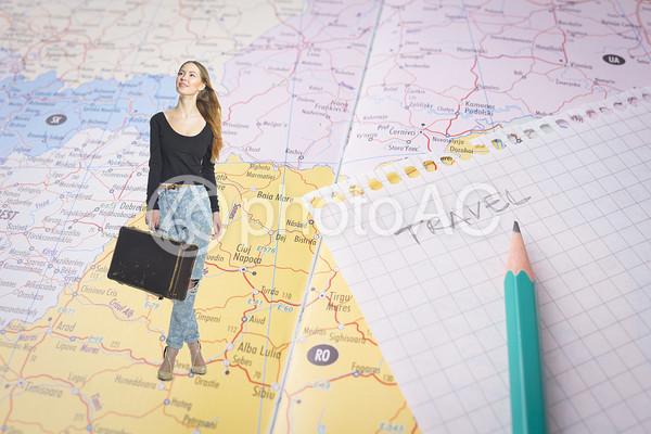 地図に乗る女性2の写真