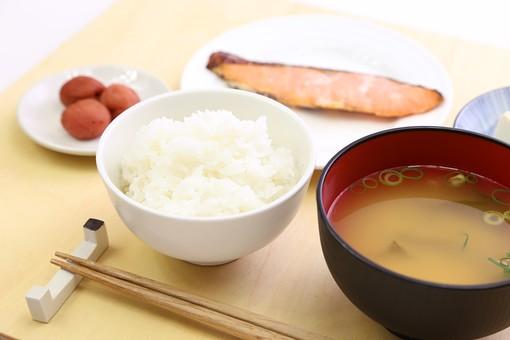 ごはん 白米 魚 焼き魚 鮭 味噌汁 みそ汁 和食 漬け物 お新香 浅漬け  食べ物 野菜  漬物 塩漬け つけもの 漬けもの つけ物  塩漬 香の物 皿 小皿 塩分 塩気 栄養 栄養バランス 健康 和定食 朝食 うめぼし 梅干し