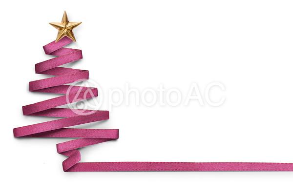 リボンでできたクリスマスツリーの写真