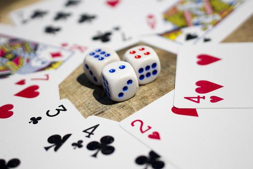 トランプ カード ゲーム 札 娯楽 木 屋外 机 テーブル 赤 青 絵札 黒 手品 マジック 遊び サイコロ  重ねる 配る 切る カードゲーム 数字 ギャンブル 囲む 3個 3つ 3 真ん中
