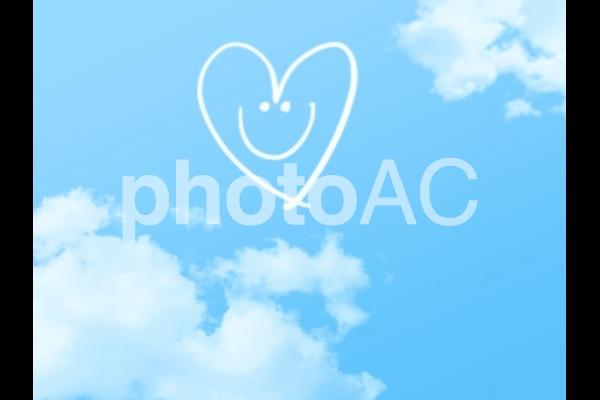 青空にハートの笑顔の写真