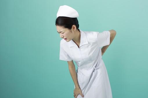 人物 女性 日本人 20代 30代  仕事 職業 医療 病院 看護師  ナース 白衣 看護 屋内 スタジオ撮影  背景 グリーンバック おすすめ ポーズ 上半身 腰 痛い 腰痛 ぎっくり腰 疲れ 疲労 屈める mdjf010 グリーン 緑