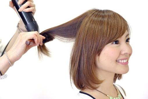 人物 女性 日本人 若い 若者  20代 お客 モデル カットモデル 美容室  美容院 ヘアーサロン 仕事 職業 美容師  屋内 室内 白バック 白背景 ヘアカット  ヘアセット セミロング 美容 ビューティー おしゃれ  オシャレ スタイリング 髪の毛 整える ドライヤー  ブロー 乾かす 仕上げ mdjf003