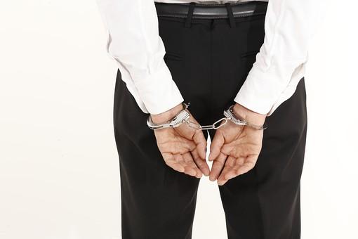 人物 男性 ビジネスマン 手 手錠 犯罪 犯人 犯罪者 逮捕 検挙 違法行為 不法行為 事件 窃盗 詐欺  罪 現行犯 容疑者 捕まえる 捕まる 白バック 白背景 後悔 ビジネス 企業犯罪 組織犯罪 不祥事 信用失墜 後ろ姿 後姿 後ろ手 汚職