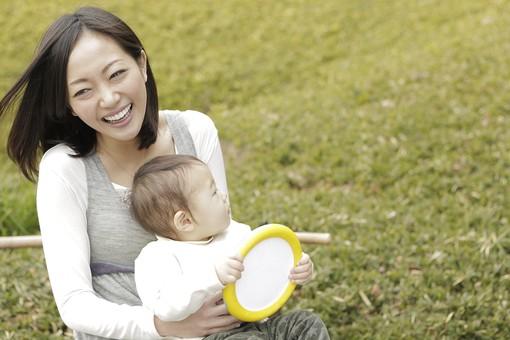 親子 母子 親 おや 母 母親 ママ マザー 子ども 子供 子 赤ちゃん 赤ん坊 乳児 幼児 ベイビー 抱っこ だっこ 抱く 絆 笑顔 笑う 女性 女 人物 触れ合い ふれあい バストアップ 上半身 公園 草原 おもちゃ 玩具 日本人 mdfk008 mdjf016