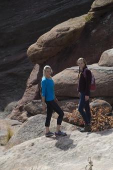 人間 人物 ポートレート ポートレイト 女性 外国人 外国の女性 外国人女性 ブロンド 金髪  おさげ  ポニーテール 岩 岩肌 岩石 ロック 自然 岩場 振り向く 歩く 歩行 散歩 散策 ウォーキング 友達 全身 mdff066 mdff111