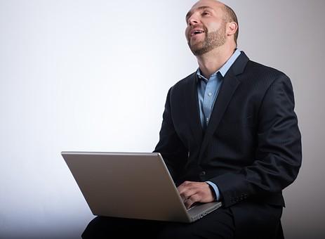 飽きれる 疲れる 見上げる 笑う パソコン 仕事中 デスクワーク スキンヘッド 薄毛 ハゲ 坊主 茶髪 白髪 ヒゲ 髭 毛深い 卵型 ブルーアイ 青い目 二重 外国人 男性 40代 中年 スーツ ジャケット シャツ 社会人 ビジネスマン サラリーマン 上半身 白バック 白背景 mdfm077