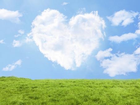 ハート型の雲と青空と緑の写真