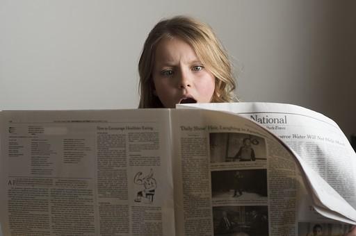 人物 こども 子供 女の子 少女  外国人 外人 キッズモデル かわいい 屋内  スタジオ撮影 ポーズ 表情 ポートレイト ポートレート 大人気取り  大人 気取る 新聞 読む 知識 情報 驚く びっくり ビックリ ショック 表情 上半身 mdfk015