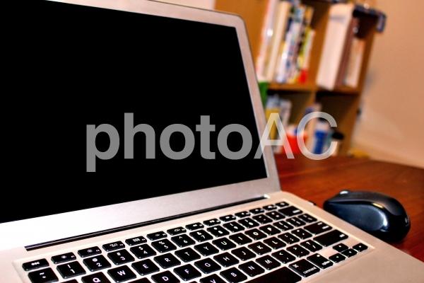 自宅でノートパソコンの写真