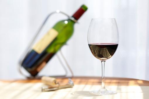 飲み物 飲料 酒 アルコール ドリンク 液体 グラス ワイン ワイングラス 洋酒 ブドウ酒 果実酒 コップ ガラス ワインボトル ラベル 斜め 置く 瓶 アップ 接写 無人 室内 屋内 テーブル