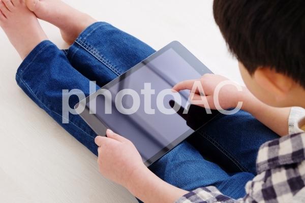 タブレットを使う男の子の写真