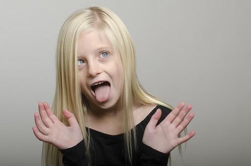 人物 外国人 外人 こども 子供  子ども 女の子 少女 キッズモデル ポートレート  かわいい キュート 無邪気 あどけない 長髪  ロングヘア 金髪 ブロンド ストレートヘア ポーズ 屋内  スタジオ撮影 ファッション カジュアル ラフ Tシャツ 黒 上半身 正面 驚く びっくり ビックリ おどける 舌を出す ポートレイト mdfk012