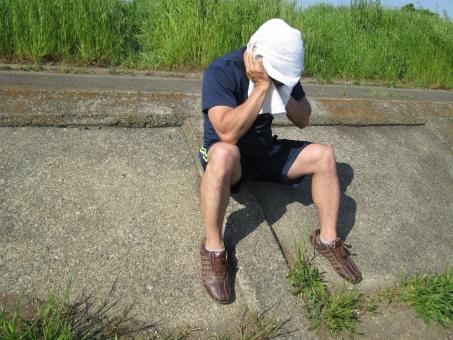 熱中症 猛暑 男性 真夏 発汗 汗 タオル 頭痛 疲労 苦痛 痛み 吐き気 悩み 体調不良 救急 医療 人物 脱水症状 心不全 めまい 心筋梗塞 苦しい 失神 孤独