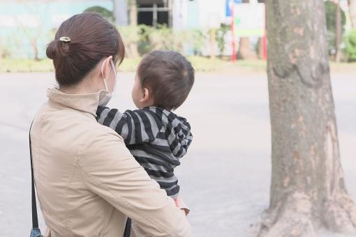 親子 母親 ママ 子供 子ども こども 幼児 乳児 赤ちゃん 育児 子育て 抱く 抱っこ 男の子 男児 お母さん 人物 成長 コミュニケーション 会話 愛情 母性 お散歩 好奇心 興味 安心 信頼 家族 絆 公園 屋外