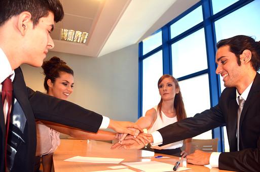 会社 オフィス ビジネス 仕事 職場 屋内 室内 働く スーツ 人物 男性 女性 ネクタイ 上司 部下 先輩 後輩 白人 インターナショナル 外国人 外人 外人男性 外人女性 白人女性 白人男性 グローバル 同僚 打ち合わせ 相談 会議 話し合い 結束 重ねた手 ハンドパーツ 手 奮闘 努力 円陣 チーム デスク 資料 テーブル チームワーク 気合い 団結 成功 ファイト mdff125 mdff126 mdfm071 mdfm072