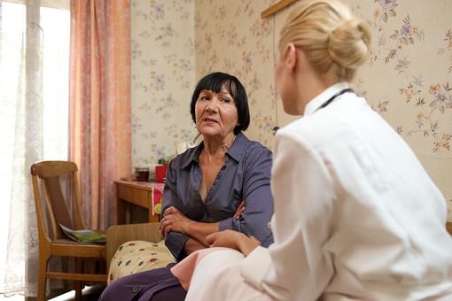 室内 屋内 外国人 老人 高齢者 女性 おばあさん おばあちゃん 患者 女医 白人 金髪 白衣 医師 医者 スカート 病院 病室 個室 家 自宅 寝室 ベッドルーム ベッド 座る 並ぶ 話す しゃべる 会話 相談 診察 往診 訪問 訪問診療 mdfs016 mdff142