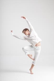 ダンス ダンサー ポーズ 体勢 姿勢 体位 ステップ 踊る 踊り 運動 スポーツ 振り付け 振付 振り 男性 男 外国人 金髪 若い 全身 バレエ バレリーナ 足 脚 片足 片足立ち 手 腕 両手 両腕 上げる 俯く 横顔 背景 白 ホワイト mdfm074