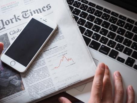 ビジネスマン ビジネス 仕事 スマホ スマートフォン スマートホン 新聞 英字新聞 ノートパソコン パソコン インターネット 情報 会社 携帯電話 オフィス デスク データ コンピューター 環境 デジタル 接続 モバイル 経済 分析 実業家 景気 投資 世界経済 Wifi 資産運用