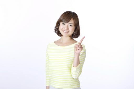 女性 女 人物 人 人間 日本人 笑顔 ジェスチャー 仕草 指 手 サイン 1 一本 一本指 数字  指を立てる 人差し指 爽やか 正面 カメラ目線 スマイル 一人 白背景 白バック かわいい 片手 ハンドサイン 指さし 指さす ポイント mdjf003