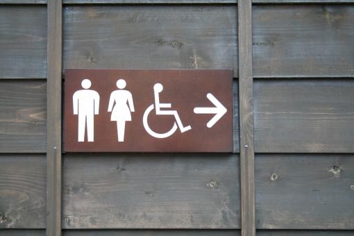 トイレ トイレマーク トイレサイン お手洗い 化粧室 車椅子 看板 サイン 標識 表示 便所 トイレット 厠 矢印 男女 案内 レストルーム 茶色 シンプル 白 コピースペース 右 こちら